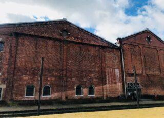 魅力その7 北側の壁に今も残る機銃掃射痕 戦争の遺跡